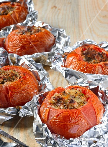 Stuffed, grilled tomatoes in aluminium foil