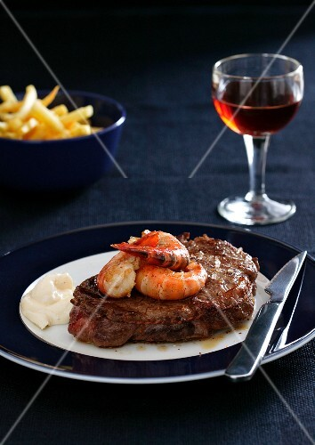 Beefsteak with prawns, mayonnaise and chips