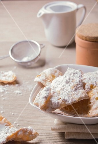 Chiacchiere (Italian carnival cakes)
