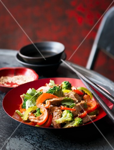 Stir-fried beef with vegetables and sesame seeds