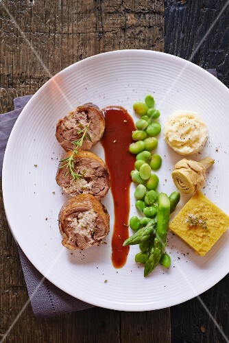 Stuffed guinea fowl breast with beans, asparagus and artichokes