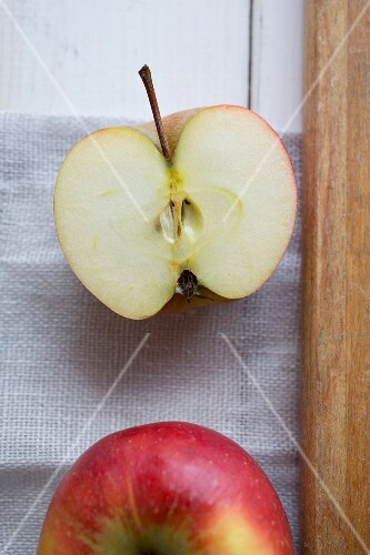 A whole and a halved apple (seen from above)