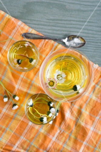 Lemon jelly with daisies (seen from above)