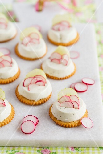 Mini cheesecakes with cucumber and radishes