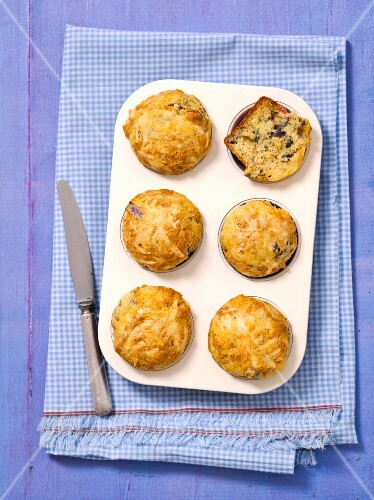 Muffins with cheese and red onions