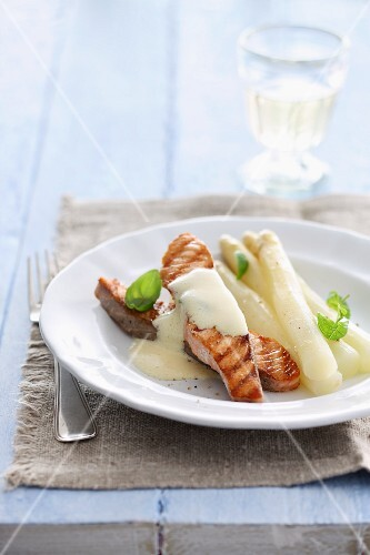 Salmon with white asparagus and Hollandaise sauce
