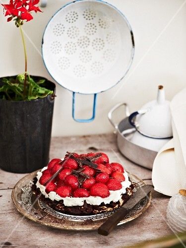 Strawberry cake with a crunchy chocolate base