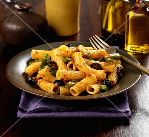 Pasta with peppers, black olives and pesto