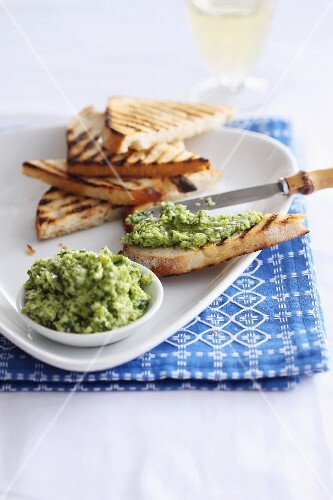 Green bean spread with grilled bread