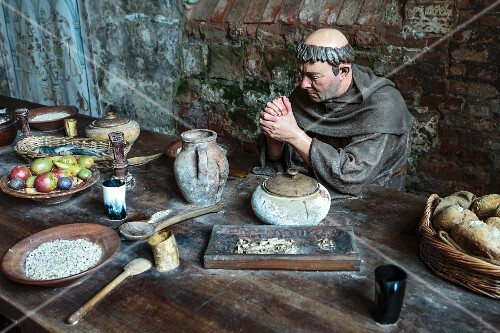 A museum display depicting a Medieval meal (Nottingham, England)