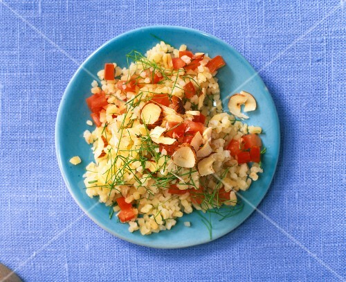 Fennel salad with tomatoes and hazelnuts