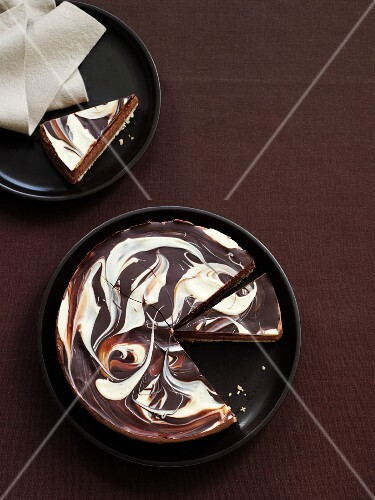 A marble cheesecake with chocolate (USA)
