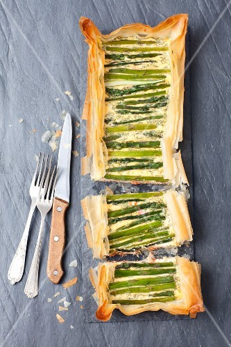 Puff pastry tart with asparagus