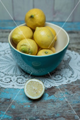 Lemons in a blue porcelain bowl