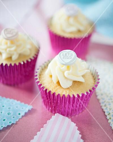 cupcakes mit zuckerherzen zum valentinstag bild kaufen 11391919 stockfood. Black Bedroom Furniture Sets. Home Design Ideas