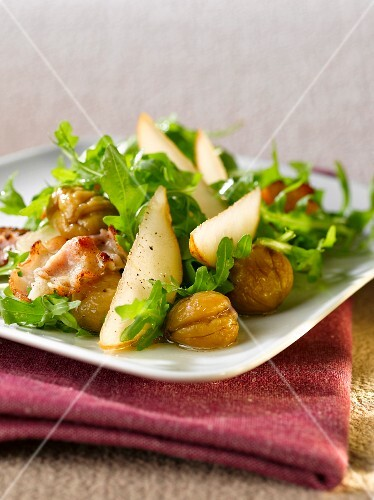 Rocket salad with chestnuts, bacon and pears