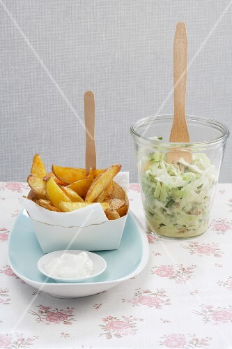 Potato wedges with coleslaw and sour cream