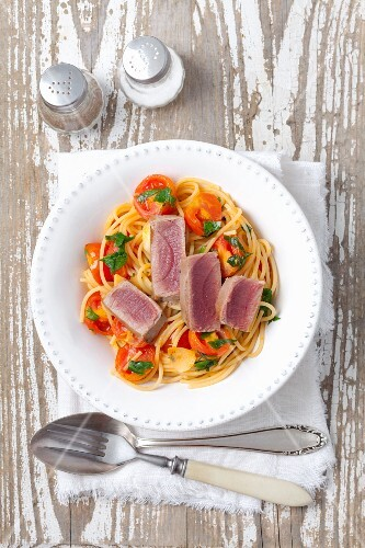 Spaghetti with tomatoes, parsley and tuna