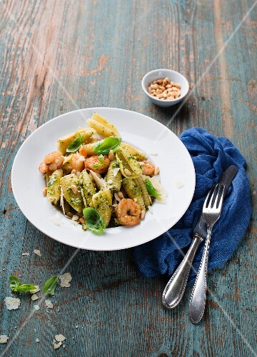 Pasta salad with prawns and pesto