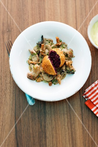 A red cabbage dumpling with mushrooms