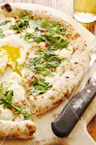 Pizza with rocket and egg