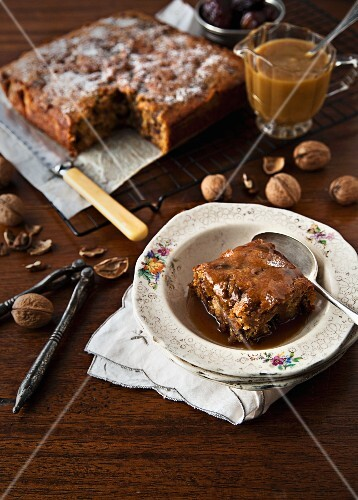 Sticky pudding with dates, walnuts and caramel sauce (England)