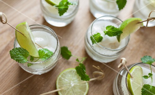 Mojitos with lemon balm and lime slices