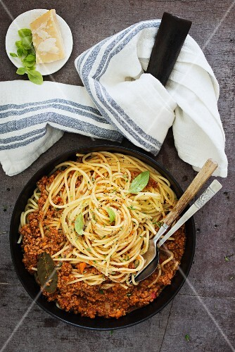 Spaghetti bolognese (seen from above)
