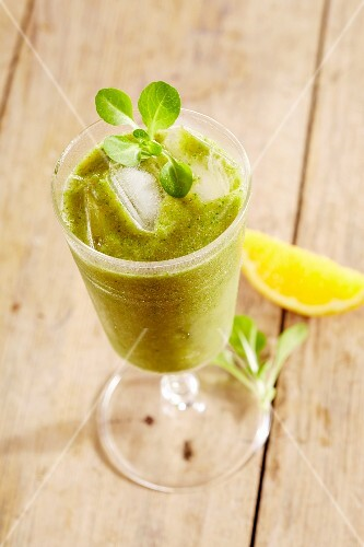 A lamb's lettuce and fruit smoothie