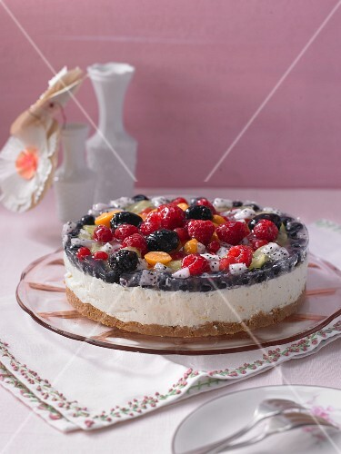 Yoghurt cream cake with fresh fruit
