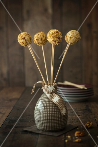 Goat's cheese lollies with honey and walnuts