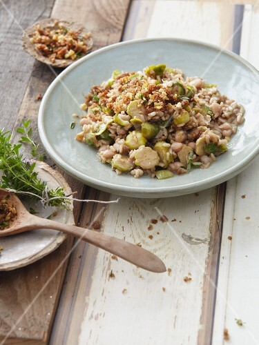 Vegetarian wholemeal risotto with cauliflower and white beans