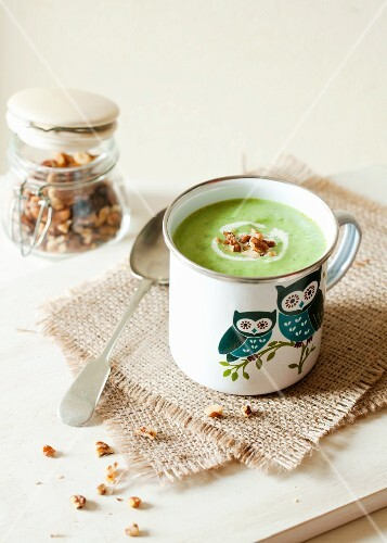 Green vegetable soup with cream and walnuts