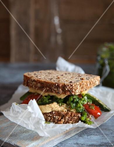veganes sandwich mit hummus und chimichurri bild kaufen. Black Bedroom Furniture Sets. Home Design Ideas