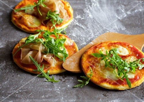 Quick mini pizzas with rocket and Parma ham