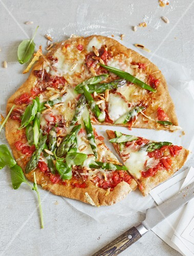 Pizza Quattro Formaggi with green asparagus and comté