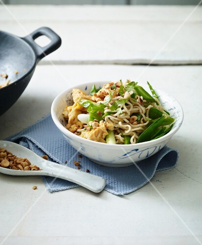 Stir-fried eggs noodles with mange tout and egg (Asia)