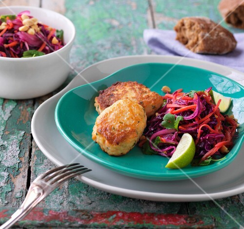 Salmon bites with oriental cabbage salad