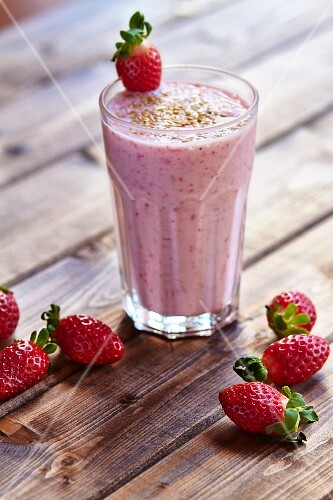 Strawberry smoothie with kefir and sesame seeds