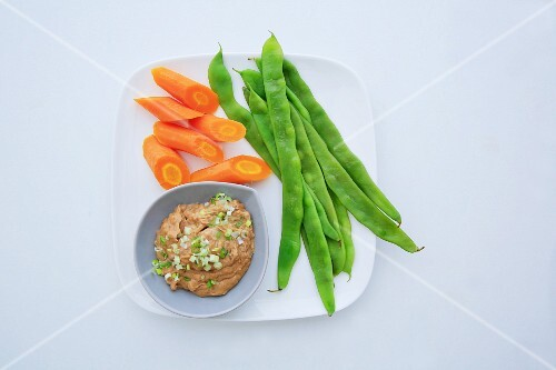 Vegetables with a dip (peanut cream with tamarind)