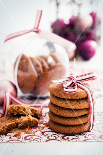 Spiced Christmas biscuits as a gift