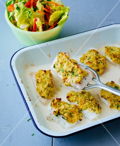 Gratinated fish fillets with a herb crust and a side salad