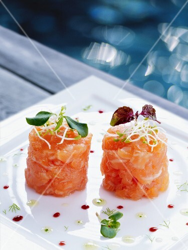 Smoked salmon tartare with lemon juice and dill