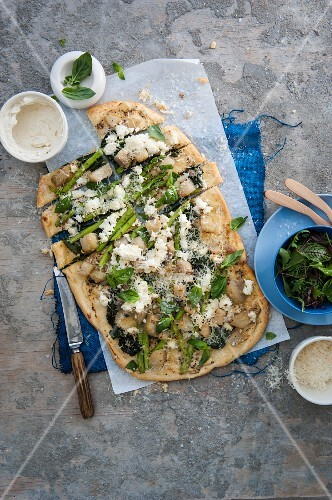 Pizza with braised kohlrabi, asparagus and ricotta