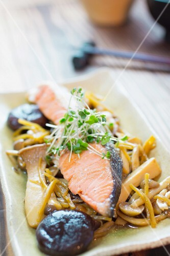 Salmon and mushrooms with ginger
