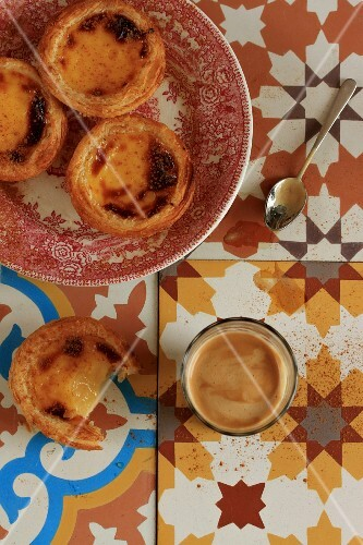 Vanilla pudding tartlets and an espresso