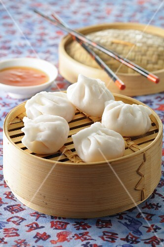Steamed dumplings with a chilli sauce