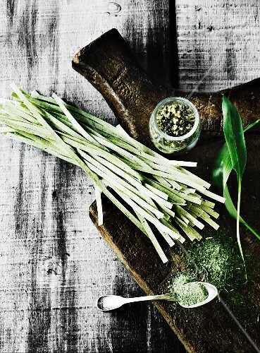 Wild garlic pasta with dry and fresh wild garlic on a wooden chopping board
