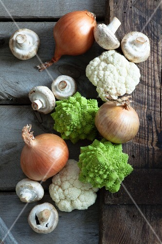 Cauliflower, Romanesco broccoli, onions and mushrooms (seen from above)