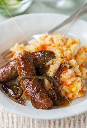 Herb sausages with mashed potatoes and carrots